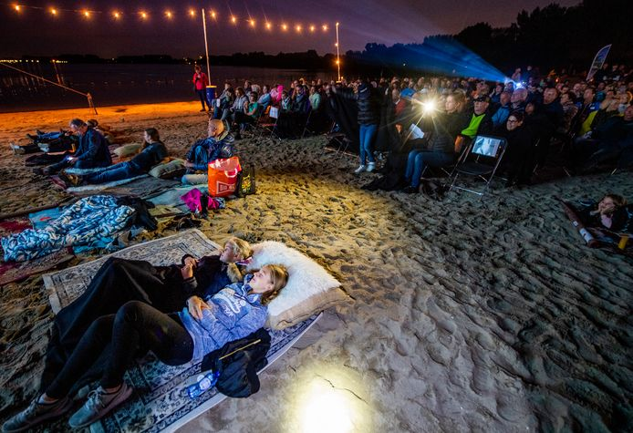 Kijken naar de natuurfilm 'Vele gezichten van de Zevenhuizerplas' bij de Buitenbios, aan de oever van de Zevenhuizerplas.
