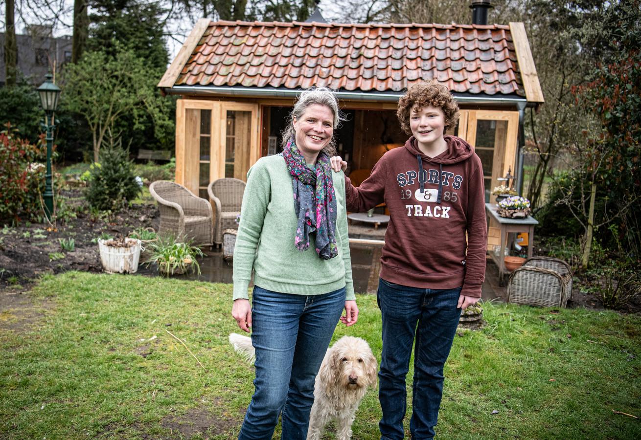Marlies Karman (48) met jongste zoon en tuinhuisje, heeft een jaar in isolatie gezeten omdat ze taaislijmziekte heeft en twee weken geleden via haar huisarts een spillagevaccin gekregen.