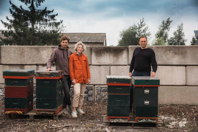 Imkers Tom en Roos samen met Bjorn van het bedrijf Gubbels in Maasmechelen.