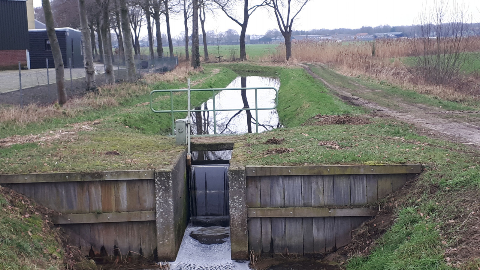De stuwen stonden afgelopen winter continu hoog om water zo lang mogelijk in het gebied vast te houden.