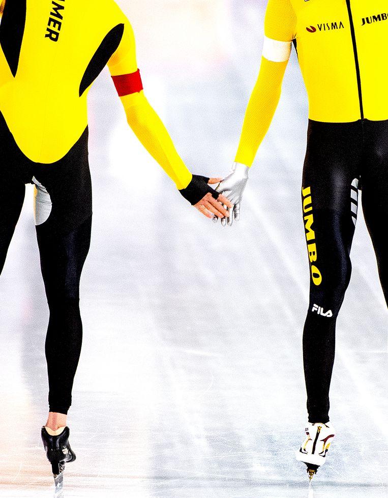 Patrick Roest en Sven Kramer voor de start van hun duel op de 5000 meter. Roest wint de 5000 meter met afstand. Kramer wordt 2e.  Beeld Klaas Jan van der Weij