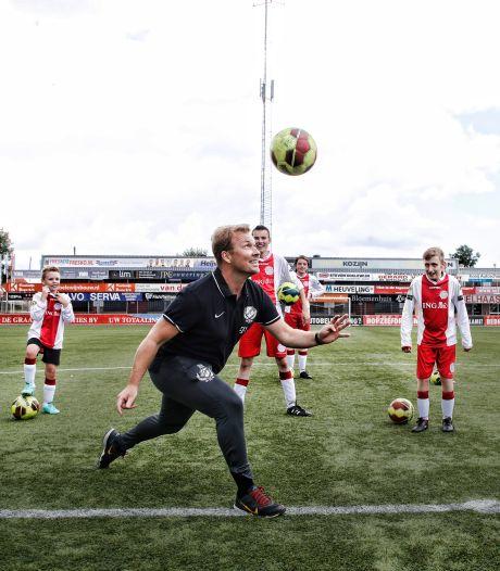 FC Utrecht-coaches geven clinic aan G-jeugd van IJsselmeervogels: 'We krijgen een zware middag, Sander'
