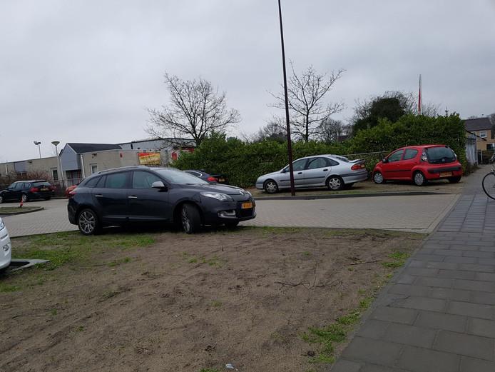 Volgens Veilig Verkeer Nederland veroorzaken foutparkeerders bij de Hoevense school veel overlast.