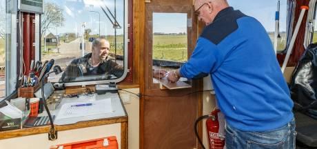 Betalen op de veerpont Genemuiden via speciaal luikje in deur van de stuurhut
