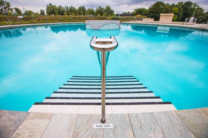 De nieuwe openlucht zwembaden in het Van Tuylpark liggen er nog verlaten bij.