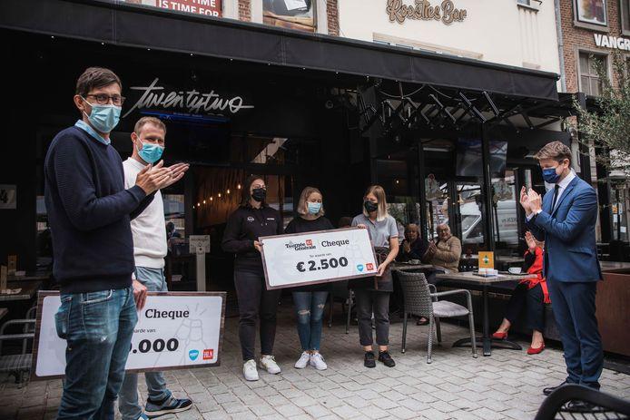 In totaal kreeg de koffiebar in Sint-Truiden 12.500 euro, een symbool voor alle ondernemers.