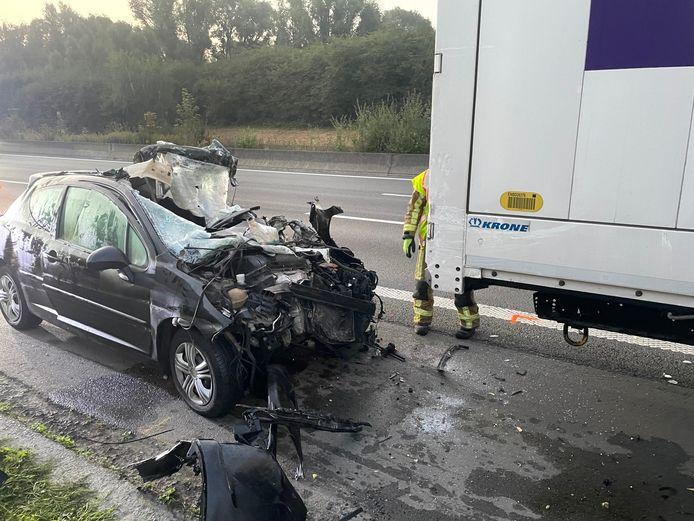 Langs de E17 in Kortrijk reed een jongedame met een Peugeot 207 achteraan in op een vrachtwagen.