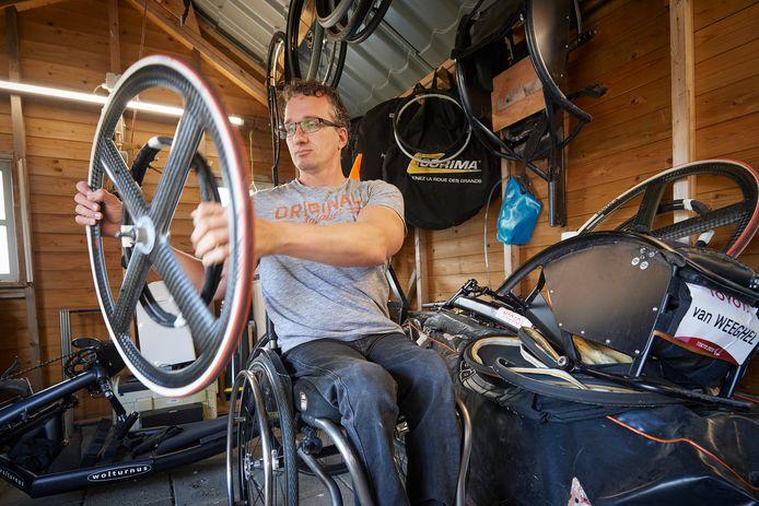 Kenny van Weeghel, tweevoudig paralympisch kampioen wheelen, heeft een schuur vol wielen.