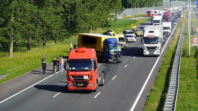File na ongeluk met twee vrachtauto's