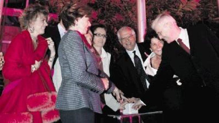 Start van een Europese campagne tegen borstkanker, 18 oktober 2005 in Brussel. Voor het Europees Parlement wordt roze licht ontstoken, door onder anderen Eurocommissaris Neelie Kroes, tweede van links. In het midden de Duitse Europarlementariër Karin Jöns, die kritiek heeft op borstkankerpatiëntenorganisatie Europa Donna. Links prinses Laurentien. (FOTO ANP) Beeld