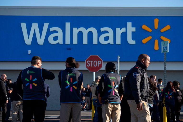 Werknemers bij het filiaal van Walmart in El Paso na de heropening. Beeld AFP