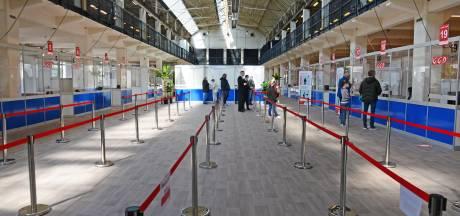 Soepele start van vaccineren in Hengelose Hazemeijercomplex: 'Helemaal mooi dat het nu in mijn eigen woonplaats kan'