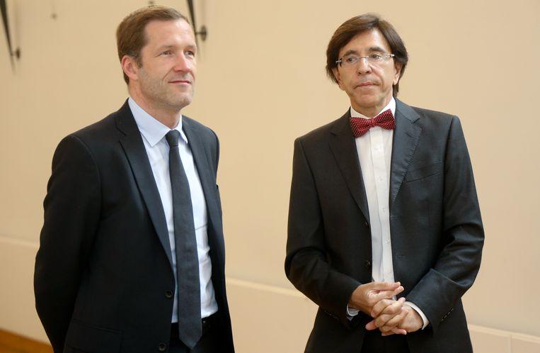 Di Rupo (links) duwde in 2014 interimvoorzitter Paul Magnette meteen in een ondergeschikte rol om zelf het partijleiderschap weer op te nemen. Beeld BELGA