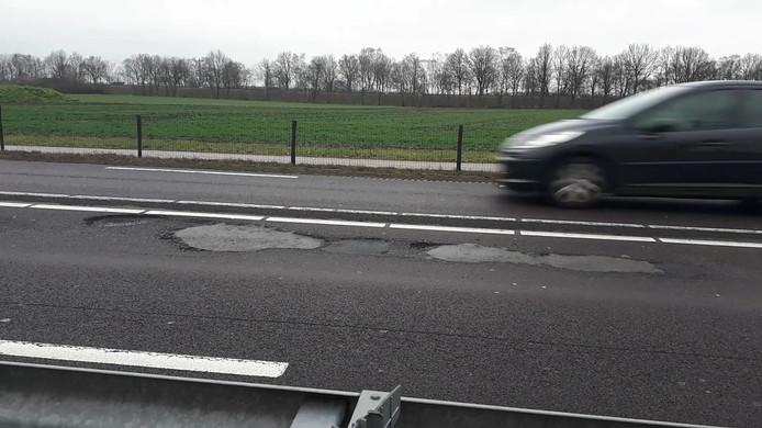 Automobilisten moeten op de N35 tussen Nijverdal en Wierden rekening houden met flinke beschadigingen aan het wegdek.