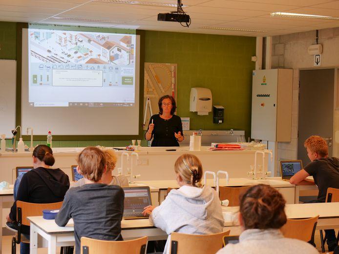 Klimaatcoach Liesbet Van Gompel kwam op bezoek bij de leerlingen van het 4e jaar STEM-Wetenschappen in het Githo in Nijlen.