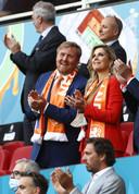 Willem-Alexander en Máxima in het rood-wit-blauw tijdens Nederland-Oekraïne.
