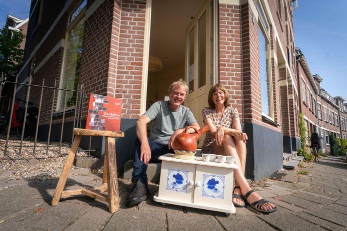 Wim Bos en Marike Spee met hun boek 'Ons Eritrea. Nieuwe Arnhemmers aan het woord'. Daarin is onder andere te lezen dat Eritreeërs tweeënhalf uur uittrekken voor hun koffieceremonie.
