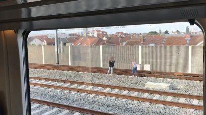Levensgevaarlijk: treinreiziger filmt hoe 2 meisjes ongegeneerd over sporen lopen in Brussel
