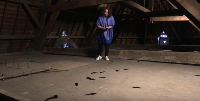 Zwarte veren die zijn gevonden op de zolder van de Mariënburgkapel.