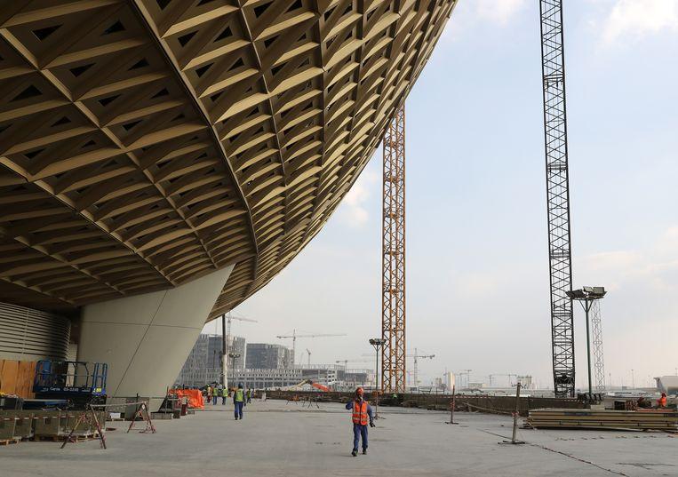 Arbeiders bij het Lusail Stadium in Doha, een van de WK-stadions.   Beeld Getty Images