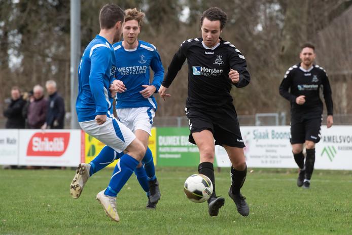 Waspik-aanvaller Lesley Verschuren versnelt langs twee verdedigers van Raamsdonk.