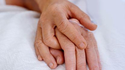 """Martine (73) verloor haar man na vijftig jaar huwelijk aan corona: """"Op zijn laatste dag zei hij voor het eerst dat hij van me hield"""""""