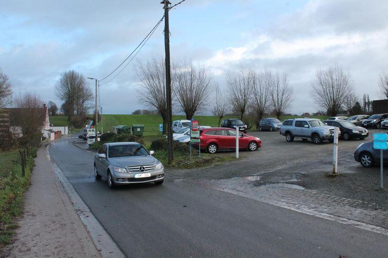 Aquafin wil in deze Kareelstraat een waterzuiveringsstation bouwen, maar het gemeentebestuur vindt het te dicht bij basisschool Spring in 't Veld.