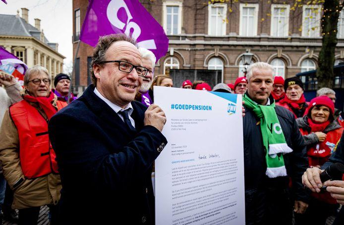 Minister Wouter Koolmees (Sociale Zaken) kreeg eind vorig jaar van de vakbonden ongeveer 10.000 persoonlijke brieven en ruim 25.000 handtekeningen overhandigd. De vakbonden voerden actie tegen mogelijke kortingen op de pensioenen.