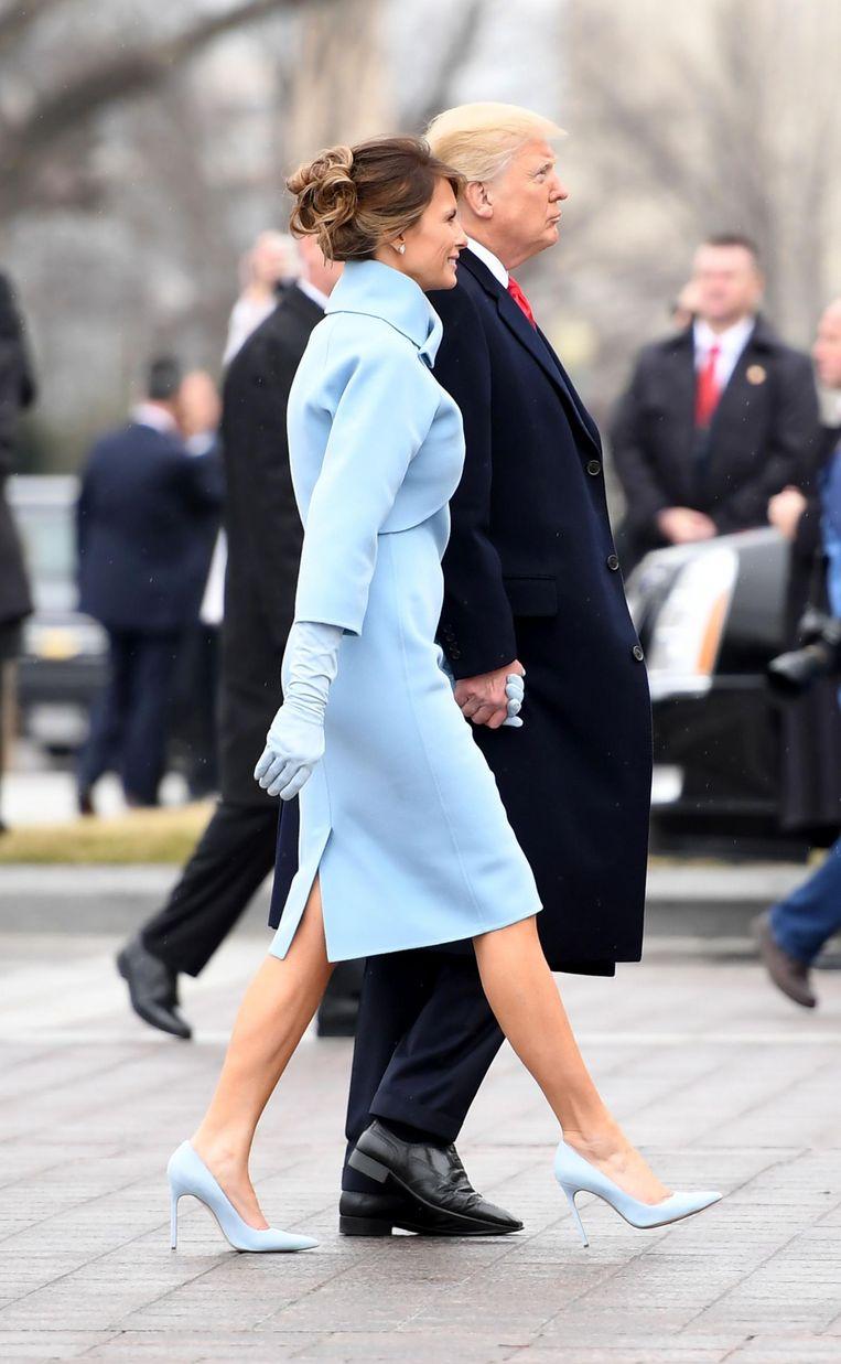 Donald en Melania Trump lopen naar het Capitool op de dag van de inauguratie. Beeld afp