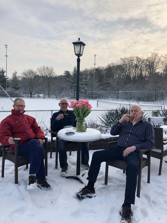 In het sportcentrum Lierdal te Molenhoek nemen de mannen een cooling down wel heel letterlijk.