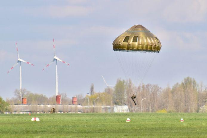Een paracommando landt veilig op het militair vliegveld van Moorsele.