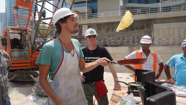 Met bouwvakkers in Dubai. Beeld Willem Dieleman