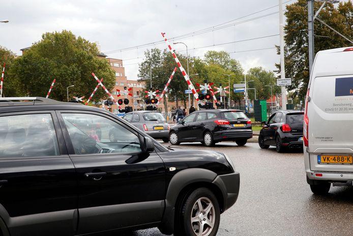 File bij de spoorwegovergang Parallelweg - Recht van Ter Leede in Leerdam.