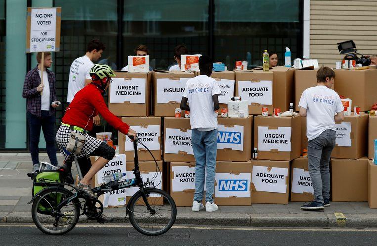 Betogers demonstreren in Londen tegen het mogelijke hamsteren van medicijnen en voedsel in het geval van een harde brexit, waarbij er geen deal wordt bereikt met de EU. Beeld REUTERS