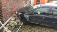 Auto belandt tegen gevel na windstoot