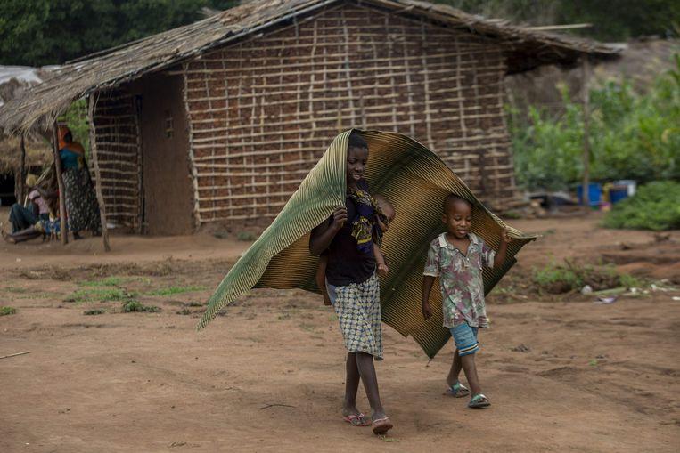Kinderen in een opvangkamp in het district Chiúre in het noorden Mozambique. In de kampen vertellen vluchtelingen verhalen over ongekende wreedheden, zo laten hulpverleners  weten. Beeld AFP