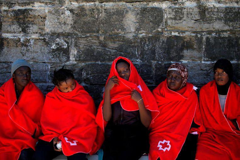 Geredde migranten in de haven van het Spaanse Tarifa. Beeld REUTERS