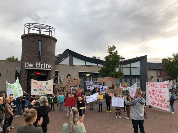 Kinderen uit Eerde voeren actie voor D'n Brink om haast te maken met de bouw van een nieuwe school.