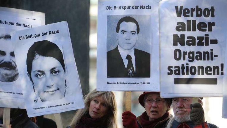 Anti-nazidemonstranten met foto's van slachtoffers van de 'Dönermoorden'. Beeld reuters