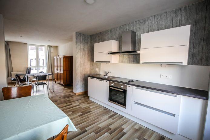Er is een ruime keuken met leefruimte.