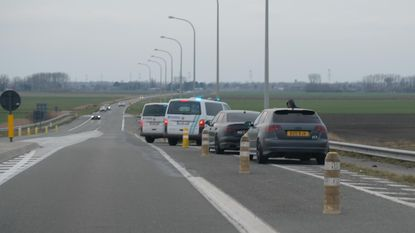 Politie plukt tien Britse straatracers van E40