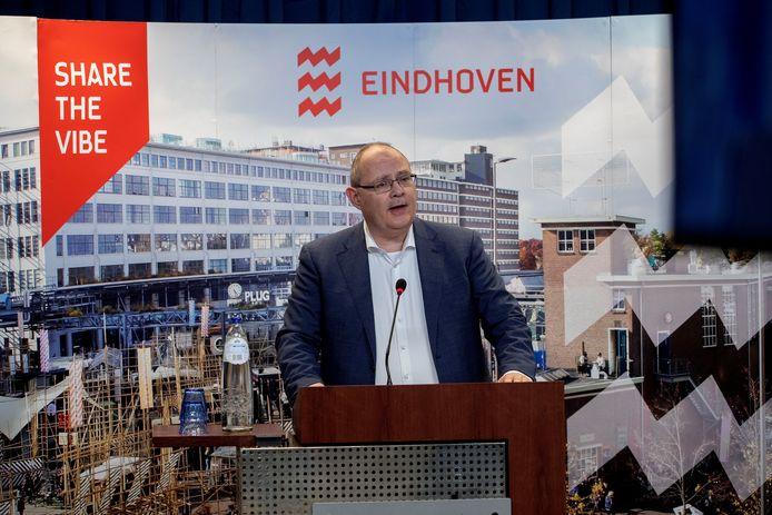 Marcel Oosterveer tijdens een presentatie in het stadskantoor (archieffoto).