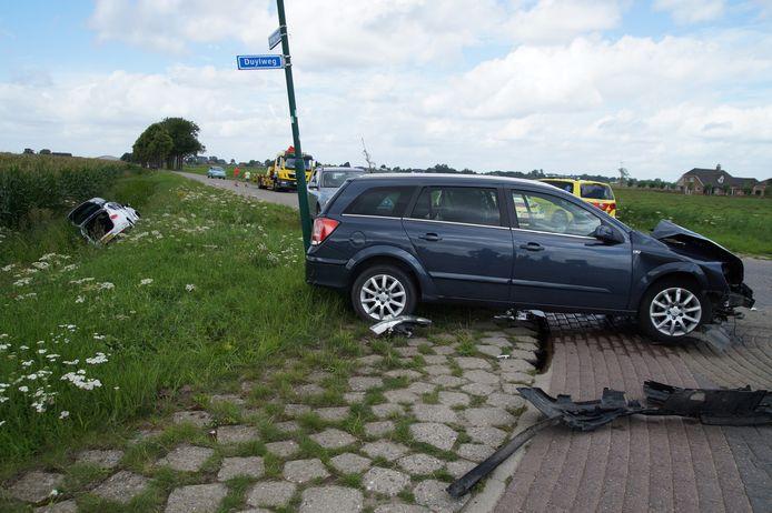 De beide auto's na het ongeval op de Duylweg in Almkerk.