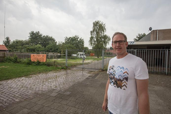Johan van Bakel voor het voormalige terrein van de scouting waar de tiny houses komen.