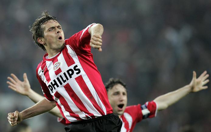 Phillip Cocu juicht als hij gescoord heeft in de tweede halve finale tegen AC Milan.