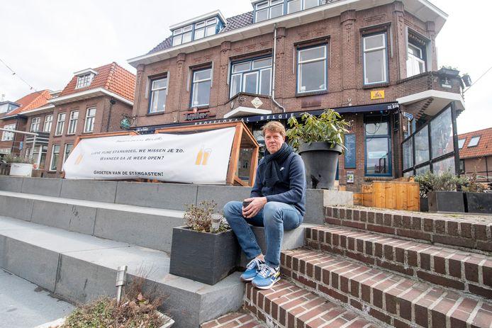 Bart Stuivenberg heeft namens de stamgasten van België een spandoek opgehangen als hart onder de riem voor horeca-ondernemer en café-eigenaar Ruud de Jong.