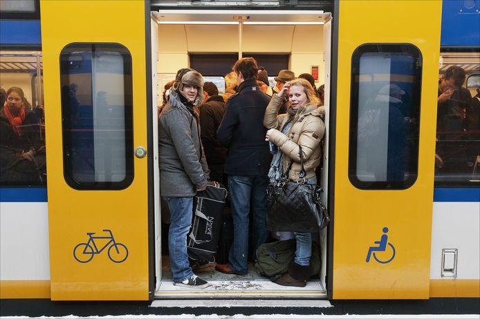 Foto ter illustratie. Passagiers in een overvolle Sprinter.