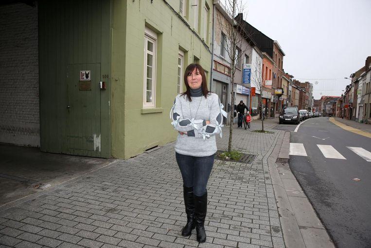Nancy Roegiers in de Sint-Rochusstraat, aan de ingang van het takelbedrijf van haar partner.
