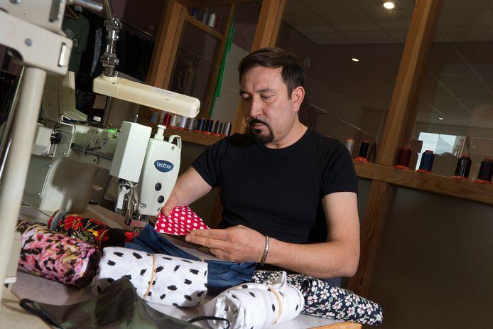 Hamid Uruzgani is mondkapjes aan het maken.