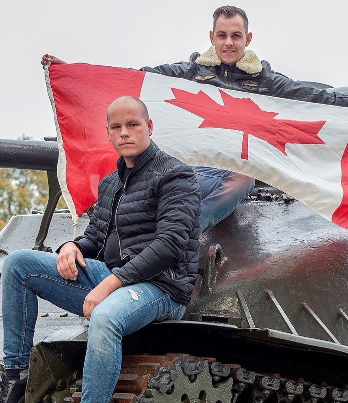 Bart van der Veen (met vlag) en Jim Raaijmakers zijn gefascineerd door de Slag om Woensdrecht in 1944. Ze roepen op om de bevrijders op 24 oktober te eren door de Canadese vlag buiten te hangen.